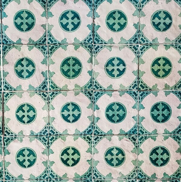 White and green tiles - example of mosaic circular architectural motif